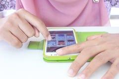 SONGKHLA THAILAND - SEPTEMBER 22, 2014: Muslimsk kvinna som använder mobil sma Arkivfoton