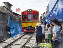 Songkhram Thailand för Maeklong järnväg marknadssamut royaltyfria bilder