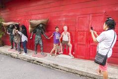 SONGKLA, Thailand - 24. Oktober: Leute, die mit Skulptur auf schießen lizenzfreie stockbilder