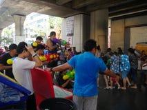 Songkran在Silom路的水节日 库存照片