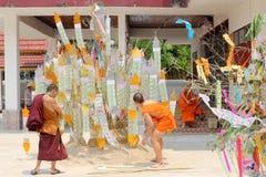 Songkran节日在一个传统新年,修士庆祝来装饰桐树我 库存图片