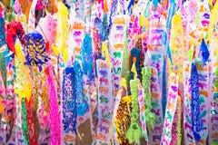 Songkran节日带领每年旗子和沙子进入寺庙在Songkran节日期间在北泰国 免版税库存图片