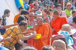 Songkran节日泰国牧师和聚会者 免版税库存照片