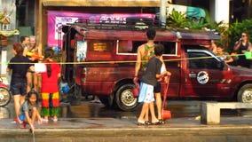 Songkran festival - attack på en Songthaew arkivfilmer