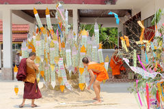 Songkran Festival is celebrated in a traditional New Year's Day, Monks comes to decorate tung i Stock Image