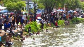 Songkran festival - folk längs flodbankerna arkivfilmer