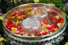 Songkran festival i Thailand, det bruk vattnet som häller till buddha arkivbilder
