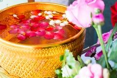 Songkran-Festival in Thailand, es Gebrauch das Wasser, das zu Buddha gießt lizenzfreies stockbild