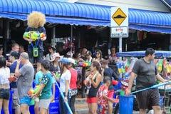 Songkran festiwal - ludzie i podróżnik bawić się wodnego pluśnięcie na ulicach Pattaya miasto Tajlandia, Fotografia Stock