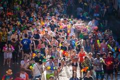 Songkran festiwal w Silom, Bangkok ?wi?tuje Tajlandzkiego Tradycyjnego nowego roku zdjęcia royalty free