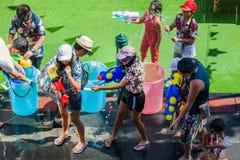 Songkran festiwal w Silom, Bangkok ?wi?tuje Tajlandzkiego Tradycyjnego nowego roku obraz stock