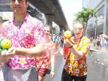 Songkran vattenfestival på den Silom vägen Royaltyfri Fotografi