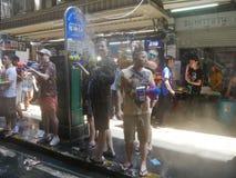 Songkran vattenfestival på den Silom vägen Arkivfoton