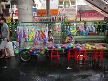 Songkran vattenfestival på den Silom vägen Arkivbild