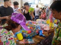 Songkran vattenfestival på den Silom vägen Arkivbilder
