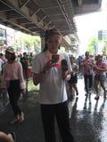 Songkran vattenfestival på den Silom vägen Arkivfoto