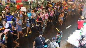 Songkran vattenfestival på den Silom vägen stock video