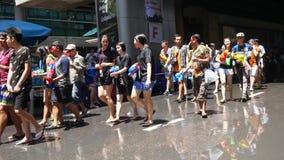 Songkran vattenfestival på den Silom vägen lager videofilmer