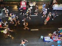 Songkran vattenfestival på den Silom vägen Royaltyfri Bild