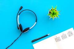 Songwriter of van DJ het werkplaats met nota's en hoofdtelefoons op blauwe hoogste mening als achtergrond stock fotografie