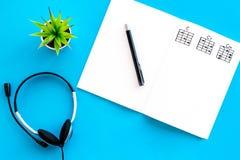 Songwriter of van DJ het werkplaats met omhoog nota's en hoofdtelefoons op blauwe achtergrond hoogste meningsspot royalty-vrije stock afbeeldingen
