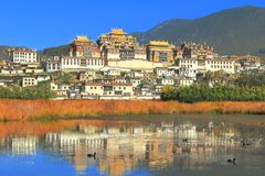 Songzanlin-Tempel alias das Kloster Ganden Sumtseling, ist ein tibetanisches buddhistisches Kloster in Zhongdian-Stadt (Shangri-L Stockbild