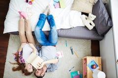 Sonhadores da aventura que encontram-se no tapete Imagem de Stock