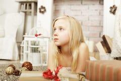 Sonhando a criança que olha acima Imagens de Stock Royalty Free