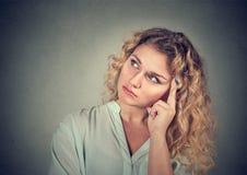 Sonhando a jovem mulher triste de pensamento imagens de stock royalty free
