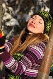 Sonhando a mulher da beleza perto da árvore Foto de Stock Royalty Free