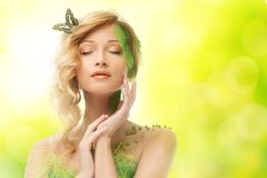 Sonhando a mulher no traje da mola Fotografia de Stock Royalty Free