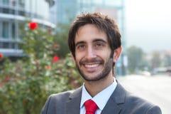 Sonhando o homem de negócios latin com a barba na frente de seu escritório Imagens de Stock Royalty Free