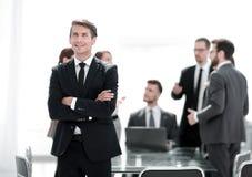 Sonhando o homem de negócios no fundo do escritório foto de stock royalty free