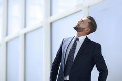 Sonhando o homem de negócios que olha acima no espaço da cópia fotos de stock royalty free