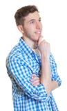 Sonhando o indivíduo em uma camisa verificada Fotografia de Stock