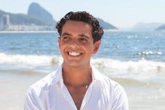 Sonhando o indivíduo na praia de Copacabana em Rio de janeiro Imagem de Stock Royalty Free