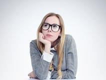 Sonhando vidros vestindo do estudante da moça Foto de Stock Royalty Free