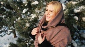Sonhar a mulher loura olha longe na floresta do pinho do inverno fora video estoque
