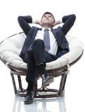 Sonhar o homem de negócios é descansar, sentando-se em uma grande cadeira macia fotos de stock royalty free