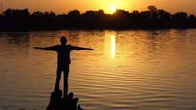 Sonhar o homem está em raizes da árvore em um banco do lago filme