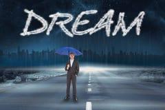 Sonhe contra a estrada que conduz para fora ao horizonte Imagem de Stock