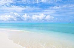 Sonho das caraíbas com água azul dos azuis celestes e a costa branca da areia imagens de stock