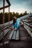 Sonho de assento da mulher e relaxamento Por do sol verão outdoor imagem de stock