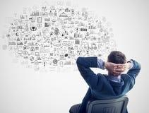 Sonho de pensamento de assento do homem de negócios novo aproximadamente Foto de Stock