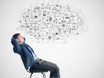 Sonho de pensamento de assento do homem de negócios novo aproximadamente Imagem de Stock