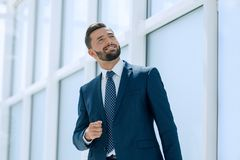 Sonho de um homem de negócios que está no escritório novo fotos de stock royalty free