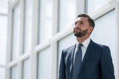 Sonho de um homem de negócios que está no escritório novo foto de stock