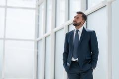 Sonho de um homem de negócios que está no escritório novo imagens de stock