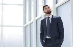Sonho de um homem de negócios que está no escritório novo imagem de stock