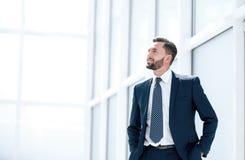 Sonho de um homem de negócios que está no escritório novo fotos de stock